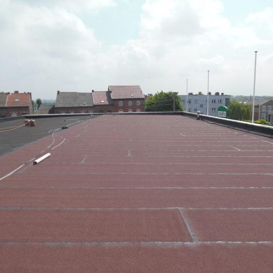 membrane rouge sur toiture plate binche